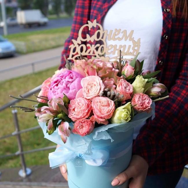 Шляпная коробка с пионовидными розами и пионами - вид 1