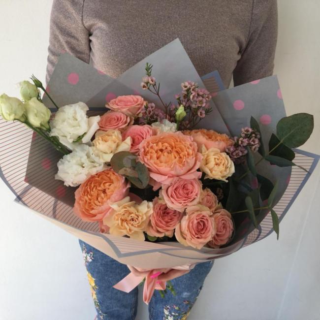 Букет с кустовыми розами и эустомами - вид 1