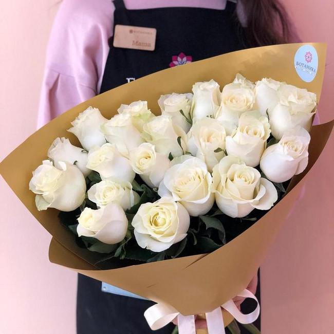 Букет из 23 белых роз в золотой упаковке - вид 1
