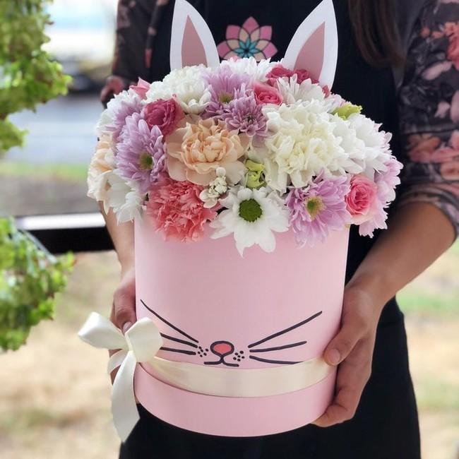 Шляпная коробка Зайка с диантусом и хризантемой - вид 1