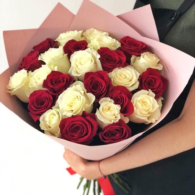 Букет из 25 красно-белых роз - вид 1