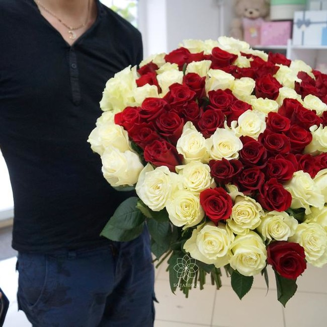 Букет на свадьбу из 51 розы микс с крупным бутоном - вид 1