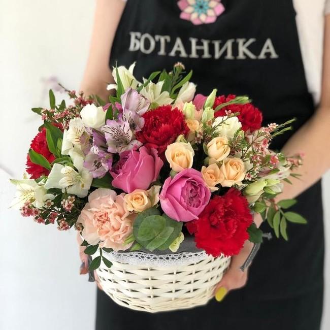 Цветочная корзинка с гвоздиками