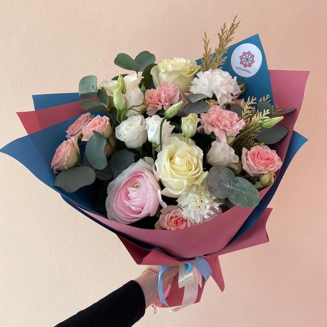 Красивый сборный букет цветов - вид 1
