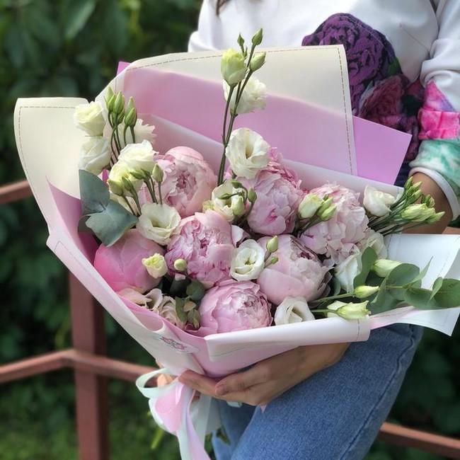Букет Пионы с ирландской розой в дизайнерской упаковке - вид 1