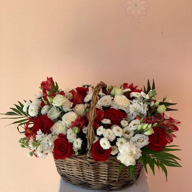 Большая корзина с розами и зеленью