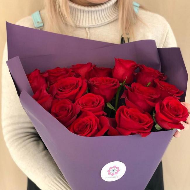 Букет из 17 роз красных в фиолетовой упаковке - вид 1