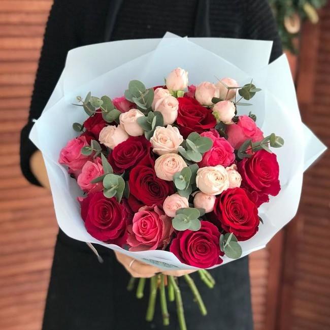 Букет из кустовой и одноголовой розы - вид 1
